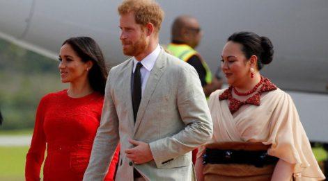 Meghan kraliyet turunda kırmızı elbisesinin etiketini unuttu