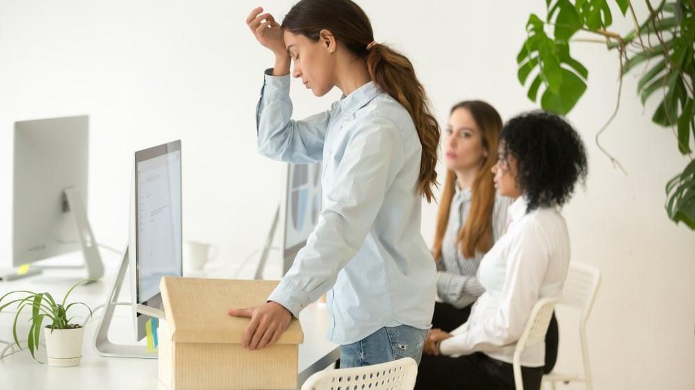 İş sözleşmesinin işveren tarafından derhal feshi ne demektir?