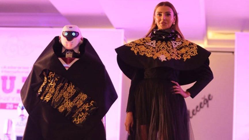 Özge Ulusoy Tekstil Zirvesi'nde robotlarla yürüdü