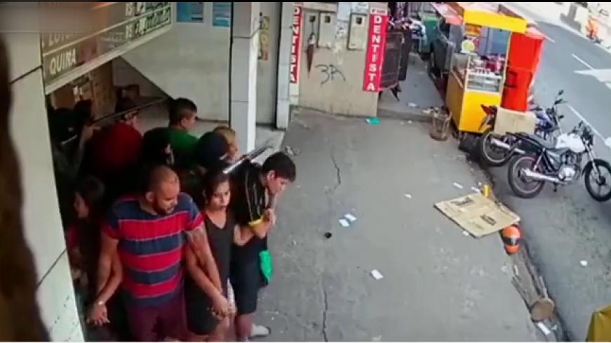 Böyle rehine krizi görülmedi: 25 kişiyi kendine kalkan yaptı