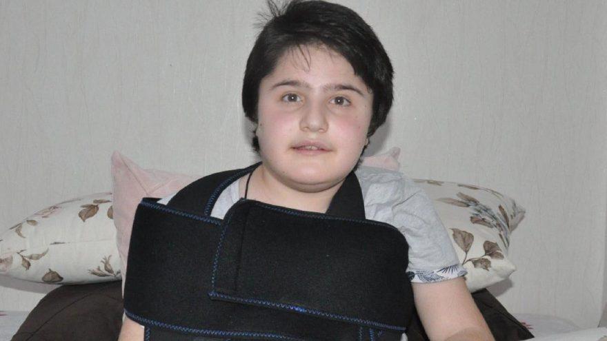 Havalimanında yere düşürülen kas hastası çocuğun kolu kırıldı