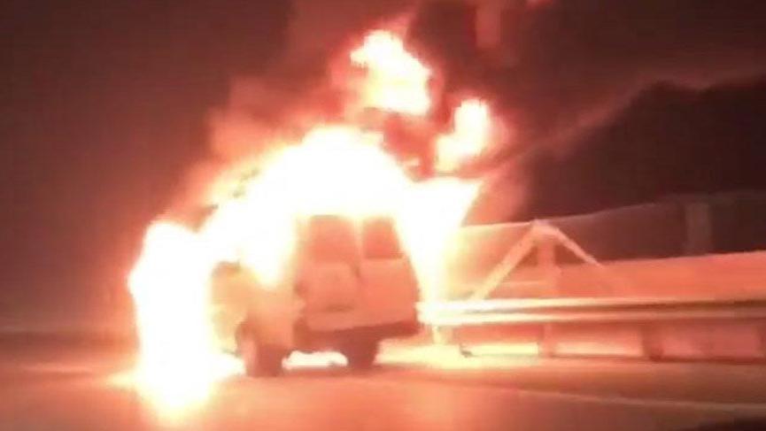 Kaçak göçmenleri taşıyan minibüs alev aldı