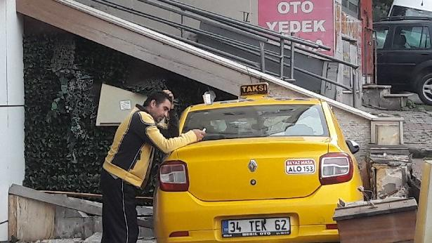 İstanbul'da kontrolden çıkan taksi duvarı yıkıp iş yerinin önüne uçtu