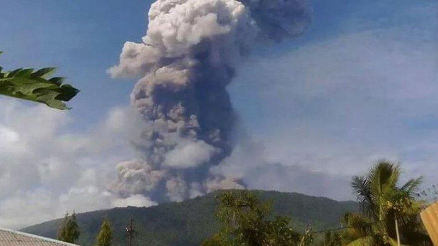 Endonezya kabustan uyanamıyor: Deprem ve tsunamiden sonra şimdi de yanardağ patladı