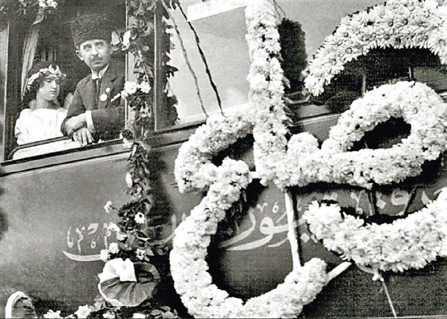Lozan dönüşü çiçeklerle karşılanan İsmet İnönü, 'sulh' yazılı vagonda 'barış perisi' kılığında Uzma adlı kız çocuğuyla (1923).