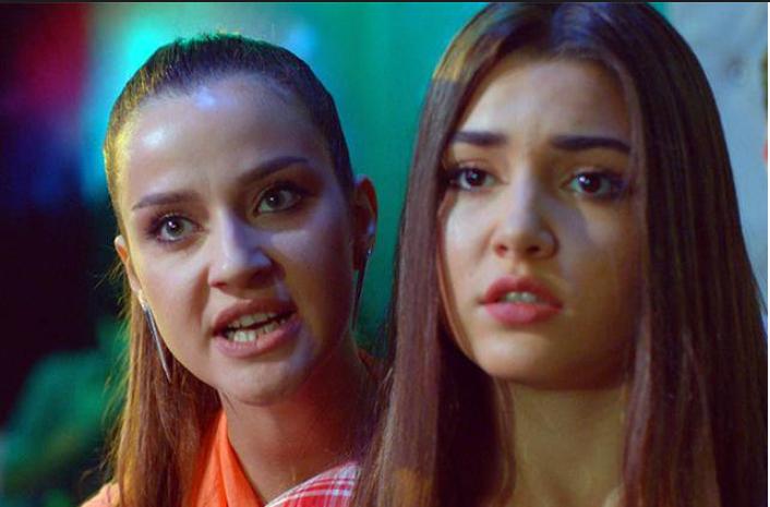 İrem Helvacıoğlu Güneş'in Kızları dizisinde zengin ve şımarık bir kızı canlandırıyordu (solda) Yanındaki de rol arkadaşı Hande Erçel (sağda)