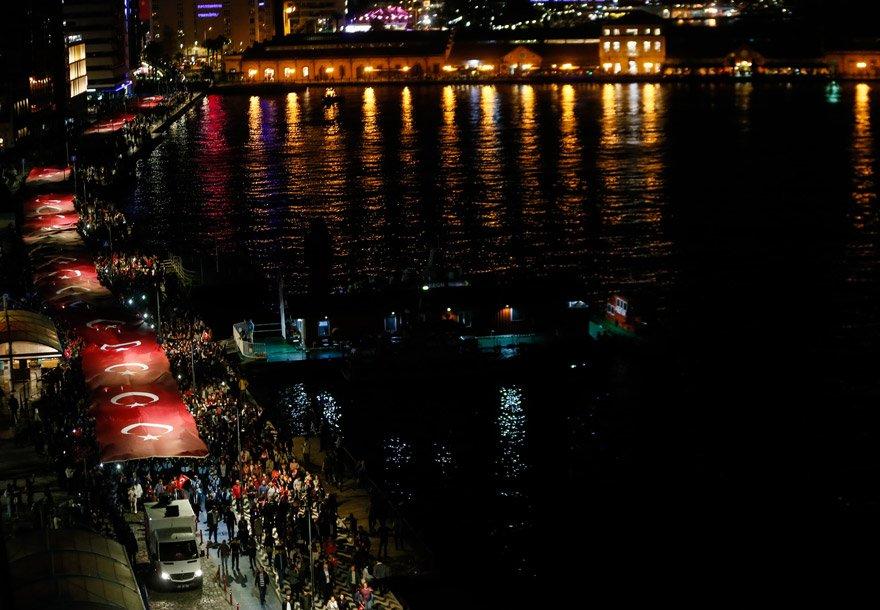 İzmirliler 350 metrelik bayrak ile 29 Ekim'i kutladı. AA
