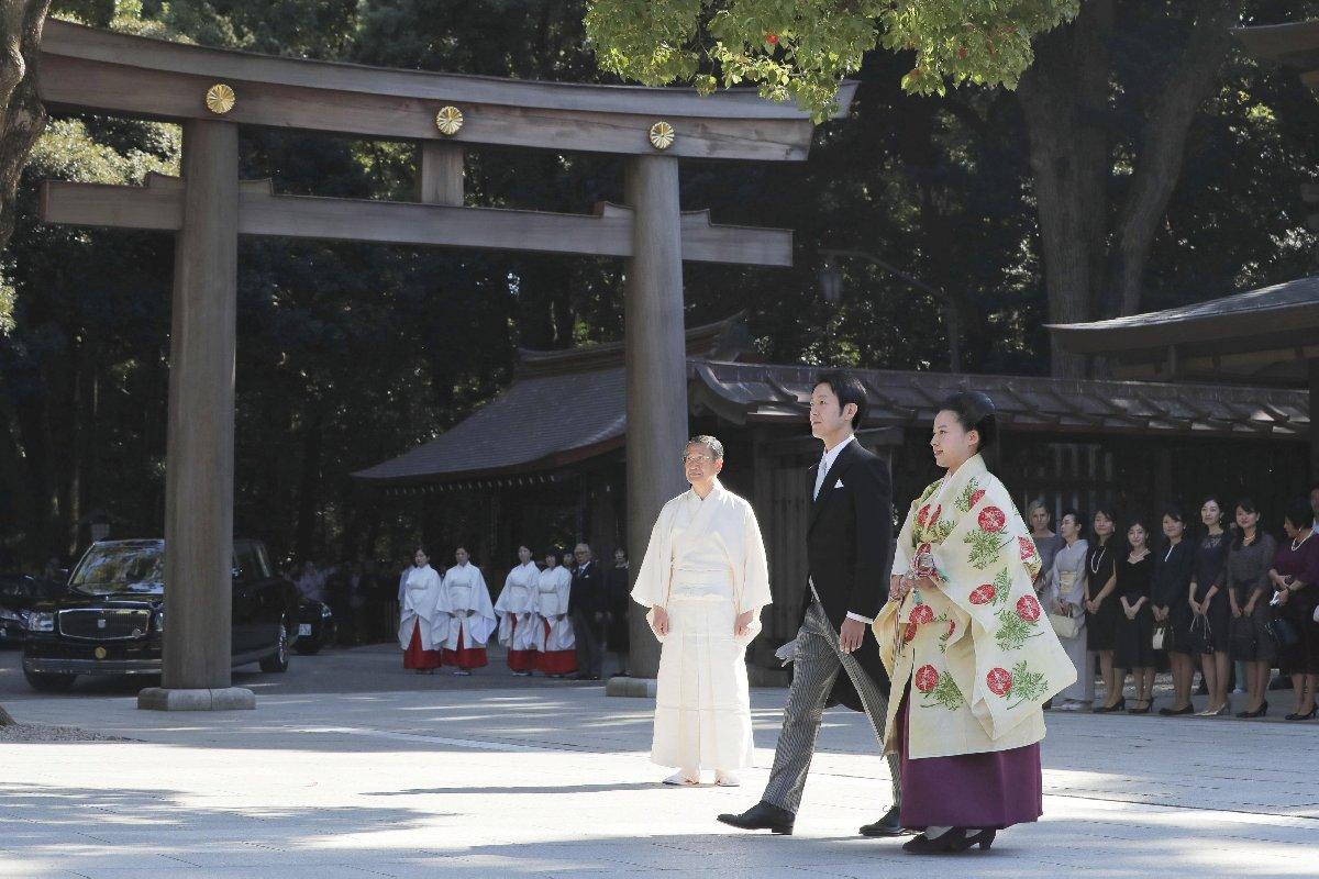 Evlilik töreni sonrasında iki aşık basının karşısına çıktı.