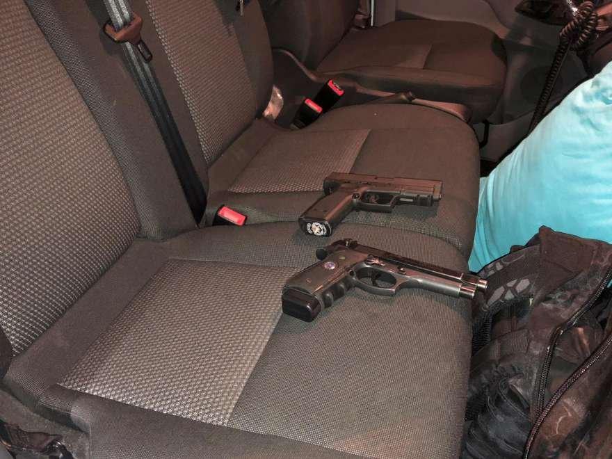 Şüphelilerin üzerinden çıkan silahlar . Foto: ;HA