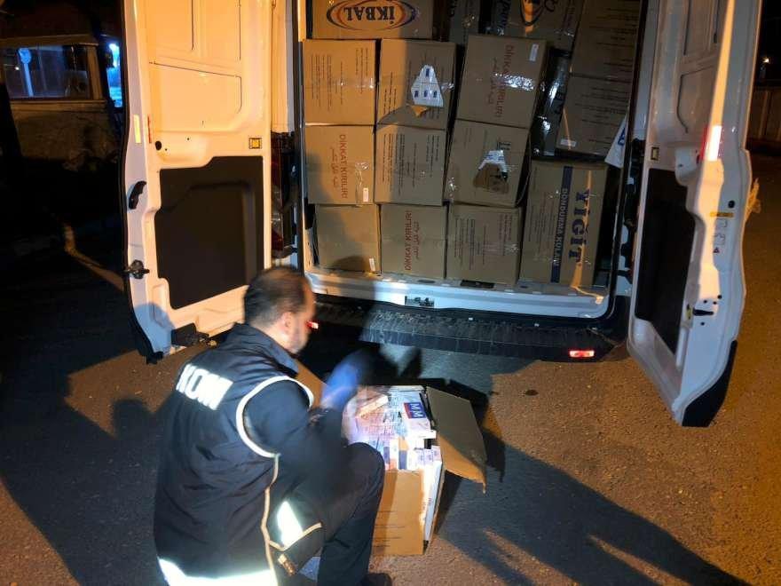Araçta yapılan aramada piyasa değeri 350 bin tl olan kaçak sigara yakalandı foto: İHA