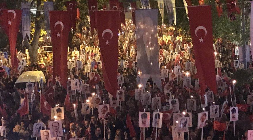 On binlerce vatandaş geleneksel fener alayı yürüyüşüne katıldı. DHA