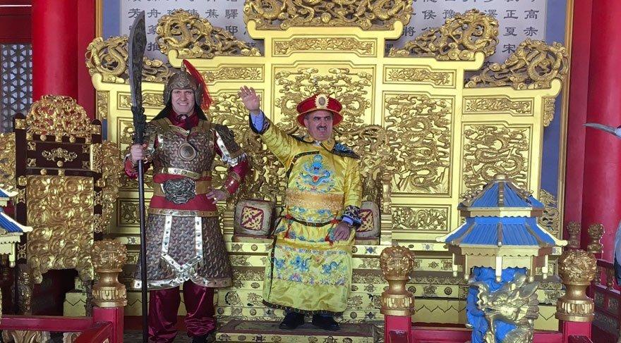 Vali Karaloğlu geçtiğimiz yıl resmi ziyarette bulunmak için gittiği Çin'de giydiği yöresel kıyafetle de gündeme gelmişti.