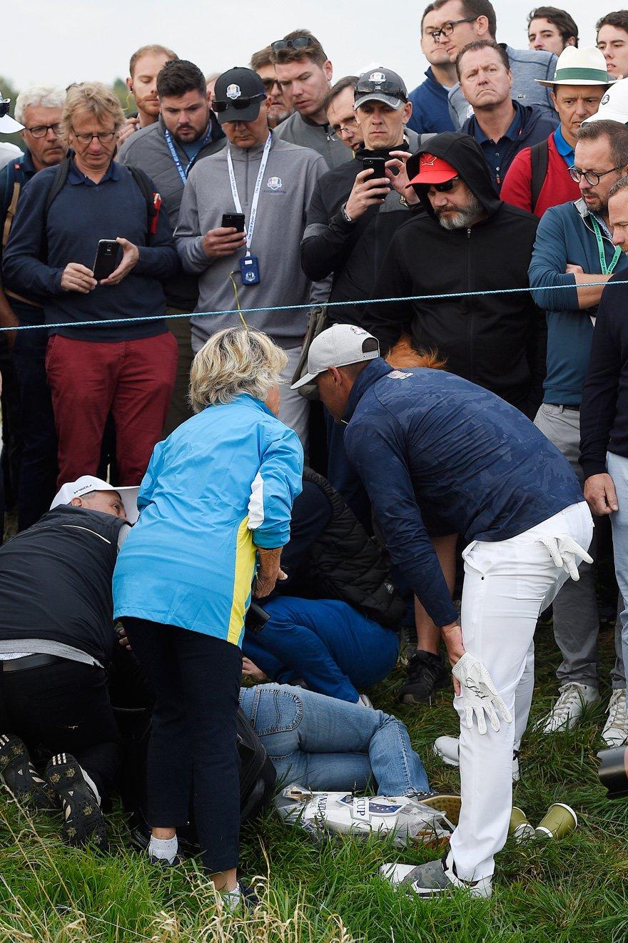 Acılar içinde kıvranan kadının yanına giden golf oyuncusu imzalı bir eldiven vererek özür diledi.