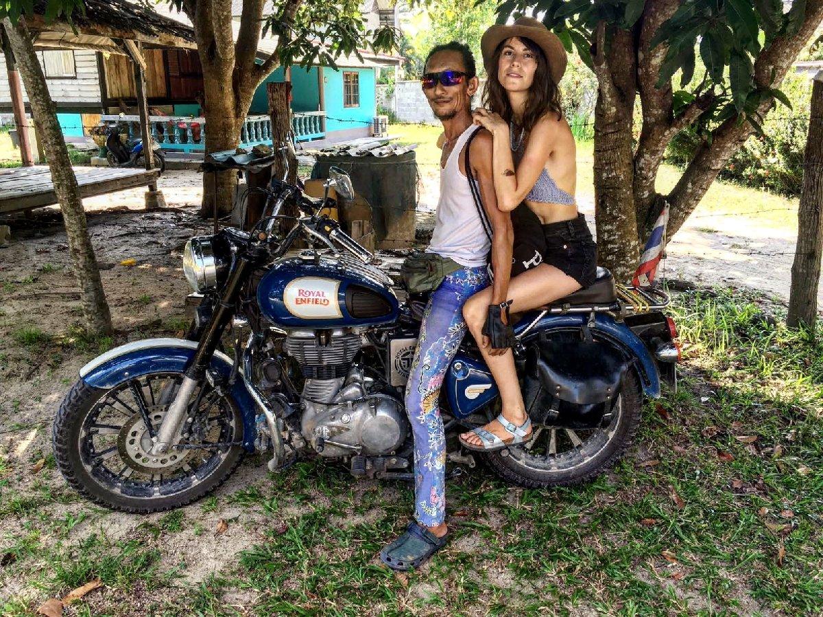Genç kadınları mağarasına davet eden adam, Facebook'ta motosikletiyle fotoğraflarını da paylaştı.