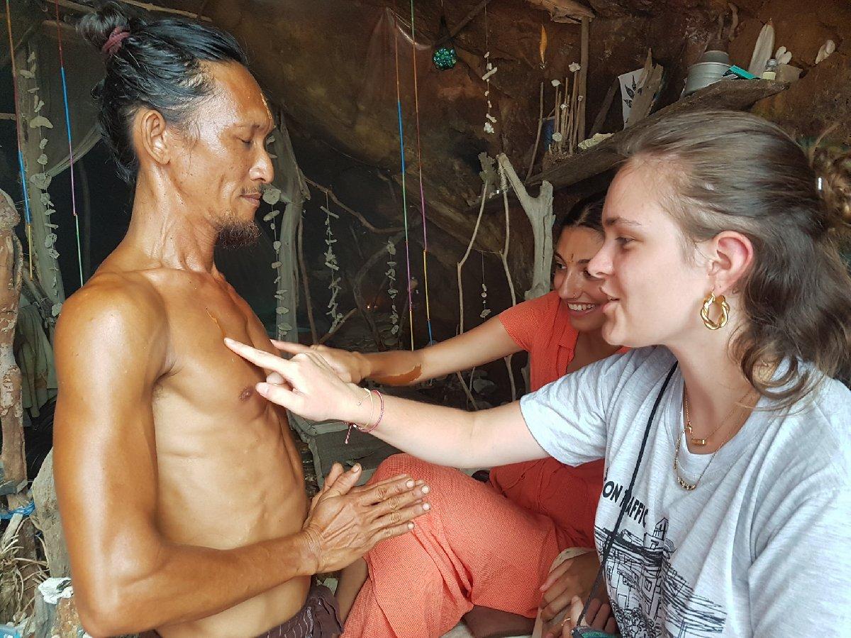 Üniversite mezunu mağara adamı, genç kadınlarla birlikte olduktan sonra medistasyon yaptığını söylüyor.