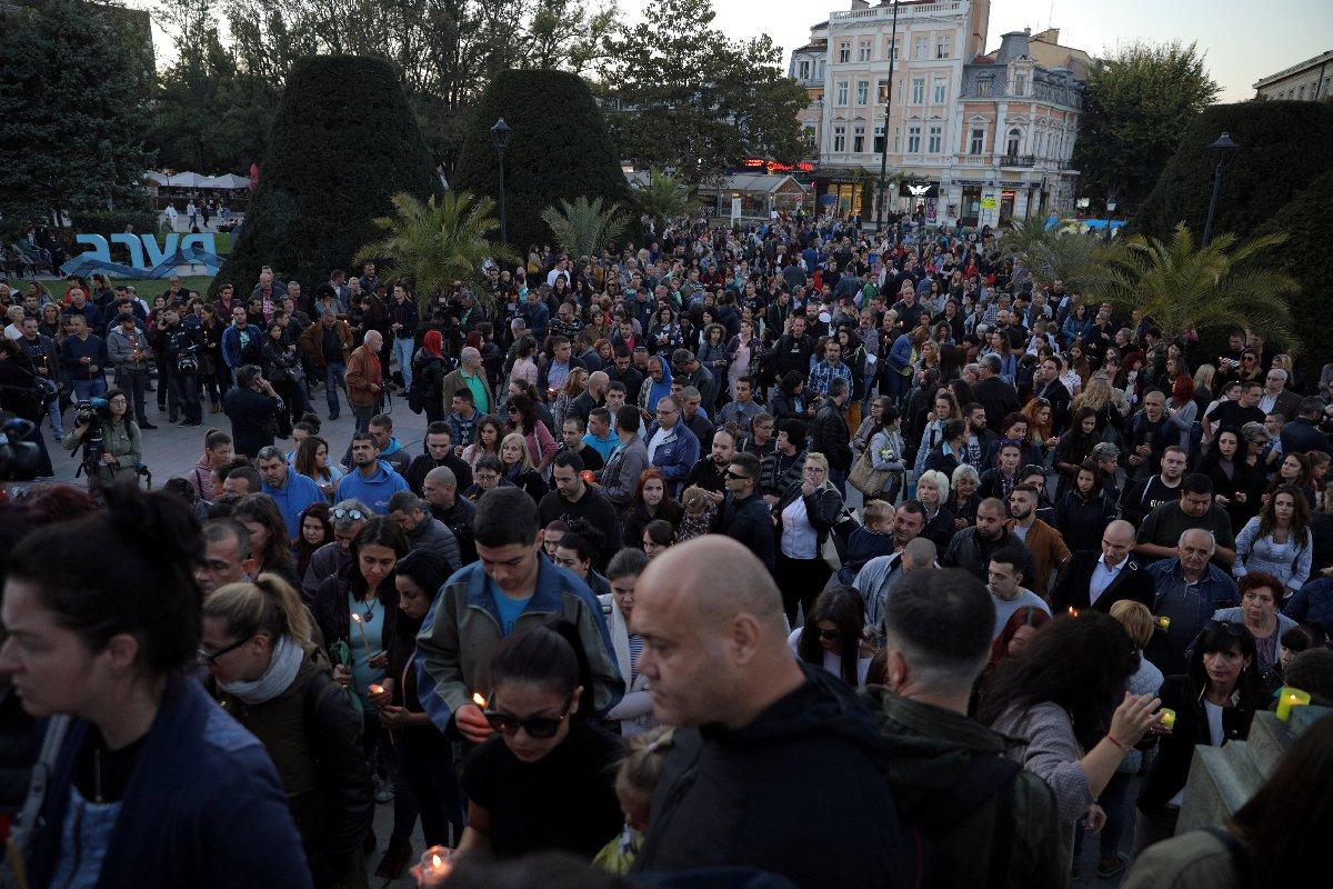 Bulgar gazeteci Marinova'nın öldürülmesinin ardından çok sayıda Bulgar, meydanlara çıkarak genç gazeteciyi andı.