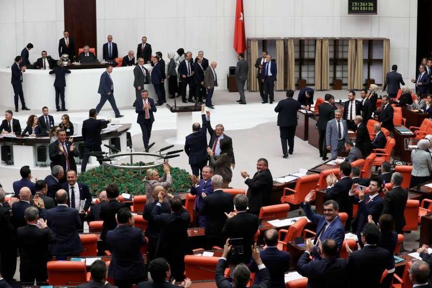 Muhalefet Milletvekilleri sonucu alkışlayarak kutladı. Foto: Zekeriya Albayrak/Sözcü