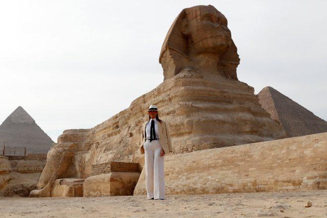 Trump, Büyük Gize Sfenksi önünde poz verdi.
