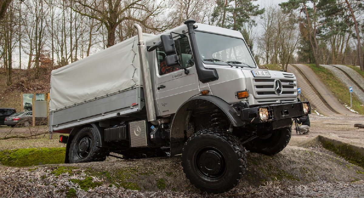 mercedes-benz-unimog-u4000-front-three-quarters-view-kopya