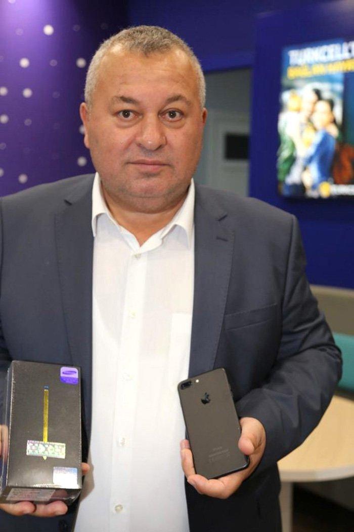 MHP'li Enginyurt telefonunu satarken kameralara öyle poz vermişti.