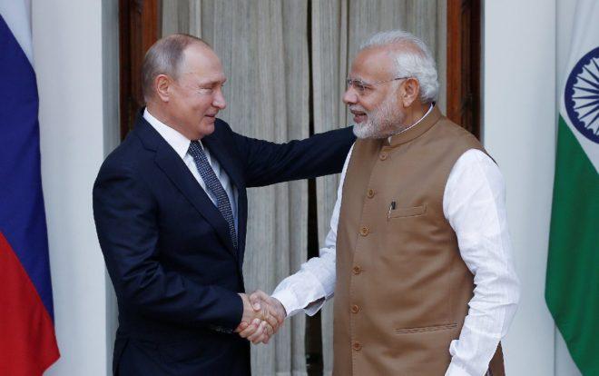 Putin ve Modi, Yeni Delhi'de kameraların karşısına geçti.