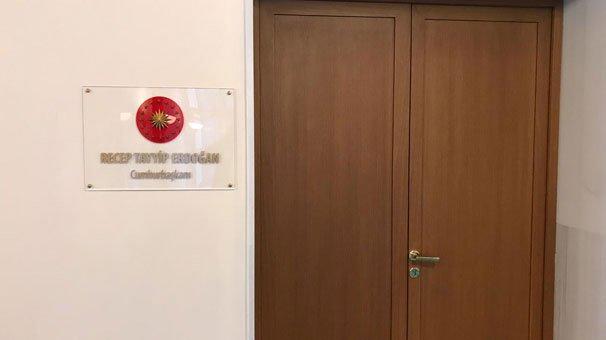 Odanın girişini Cumhurbaşkanı Recep Tayyip Erdoğan'ın adı yazılı bir tabela asıldı. FOTO: Sözcü