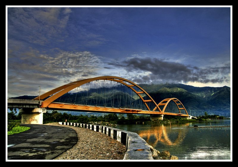 Bölgeye giden turistlerin fotoğrafını sık sık çektiği köprü 300 metre uzunluğundaydı.