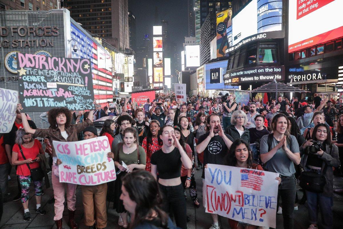 New York'ta da çok sayıda protestocu sokaklara döküldü.