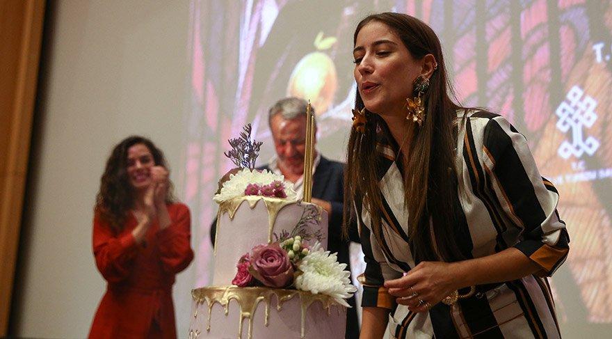 Hazal Kaya, sürpriz doğum günü pastasını keserken göz yaşlarına hakim olamadı. FOTO:AA