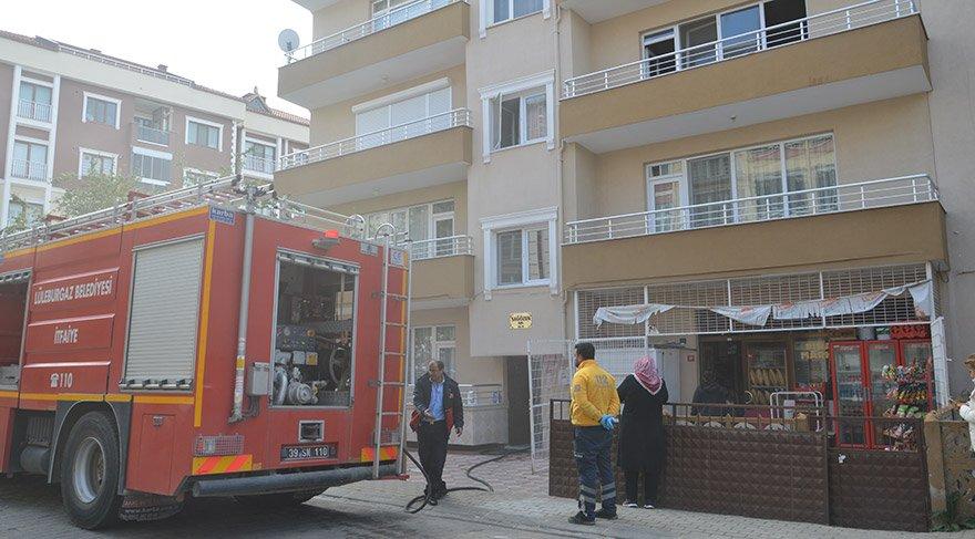 Kırklareli'nin Lüleburgaz ilçesinde evlerinde çıkan yangında baba, biri down sendromlu 2 kızı ile eşini evden çıkarmayı başardı. Baba Eren Palaz'a sağlık ekipleri müdahalede bulundu. FOTO:AA