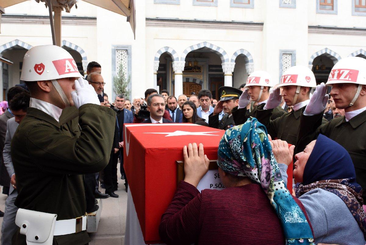 Cenaze töreninde, şehidin yakınları tabuta sarılarak göz yaşı döktü