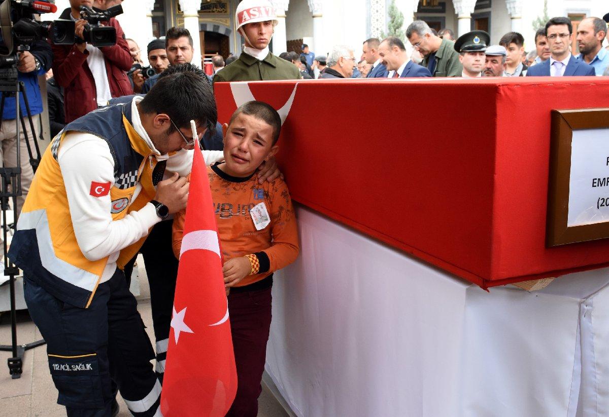 Şehidin yeğeni Batuhan Şengül, elindeki Türk bayrağı ile tören boyunca dayısının tabutunun başından ayrılmadı. AA