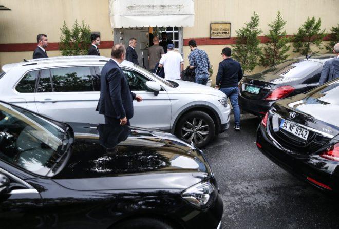 Suudi heyeti 4 araçla konsolosluğa geldi.