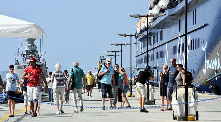 Tarihi yerleri ziyaret edip alışveriş yapan turistlerden bazıları Paşatarlası ve Kumbahçe plajında denize girip güneşlendi. Bazı turistler de restoranlarda yöresel yemekler yedi. FOTO:AA