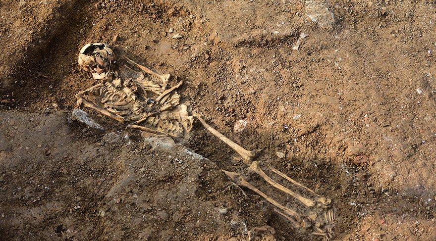 Restorasyon çalışmalarının sürdüğü Haydarpaşa Garı çevresindeki arkeolojik kazılarda 2.000 yıllık olduğu düşünülen duvar ile üzerinde koku kolyesi olan ve 1.000 yaşında olduğu düşünülen bir iskelete rastlandı. FOTO:AA