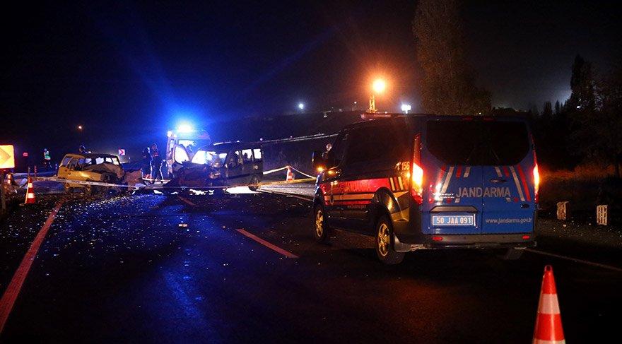 Nevşehir'de, otomobille hafif ticari aracın çarpışması sonucu meydana gelen trafik kazasında 1 kişi hayatını kaybetti, 1'i ağır 4 kişi yaralandı. FOTOĞRAFLA:AA