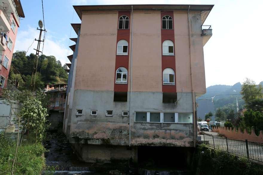 40 yıl önce dere yatağının üzerine inşa edilen bina için yıkım kararı alındı. Foto: DHA