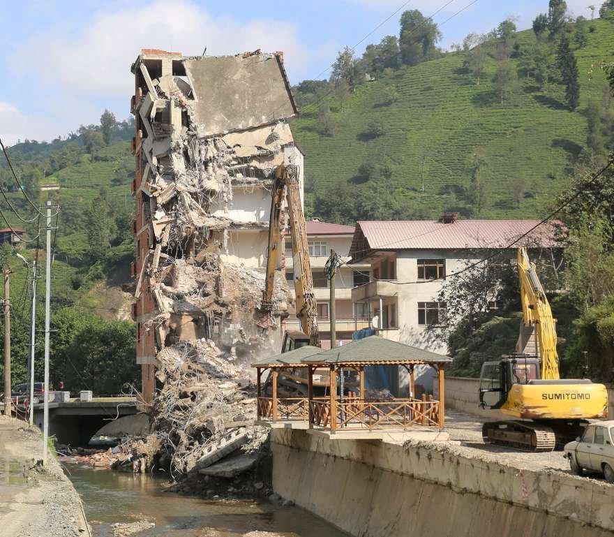 2 Ağustosta yaşanan sel felaketi ile gündeme gelen 7 katlı bina ise dün yıkılmıştı Foto: DHA