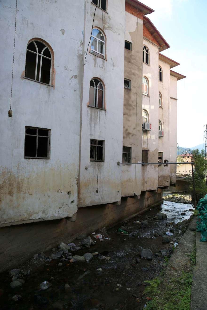 Dere yatağının üzerinde bulunun bina 40 yılda defalarca sel ve su taşkınlarına neden oldu. Foto DHA