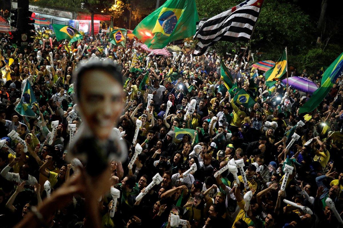 Seçimin ikinci turunda Bolsonero'nun zaferini ilan etmesinin ardından destekçileri meydanları doldurdu.
