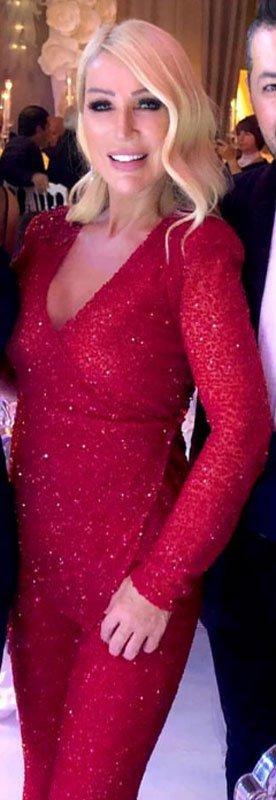 Seda Sayan geçtiğimiz günlerde bir düğüne giderken bu kırmızı kıyafeti giymişti...