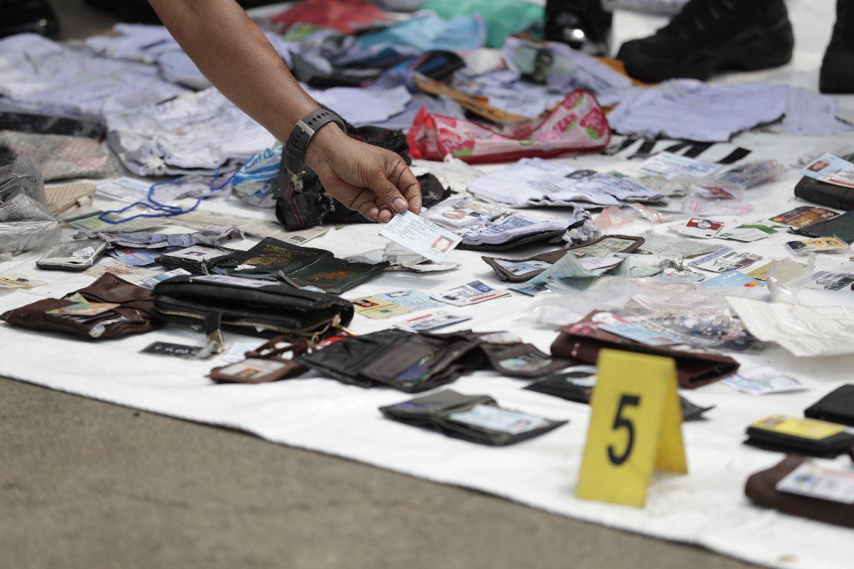 Yolcuların kimlik tespiti yapılabilmesi için bulunan eşyalar eşleştiriliyor.