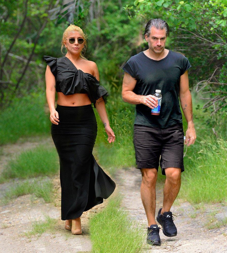 Lady Gaga geceye sevgilisi ile katıldı.