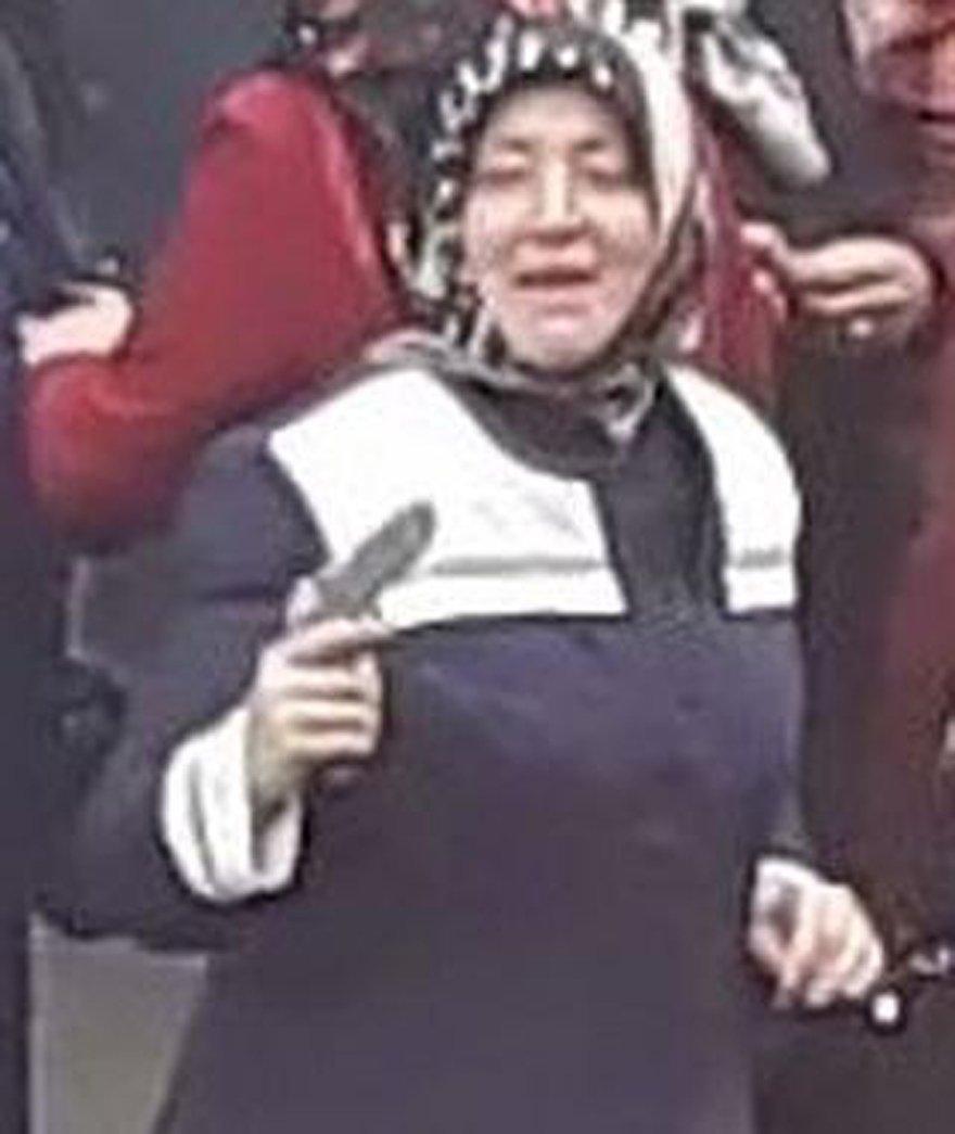 """Siegburg polisi, Türk teyze ile havaya ateş eden diğer Türkler'in fotoğraflarını kamuoyuna dağıttı ve """"Tanıyanlar bizi arasın"""" diyerek yardım istedi."""