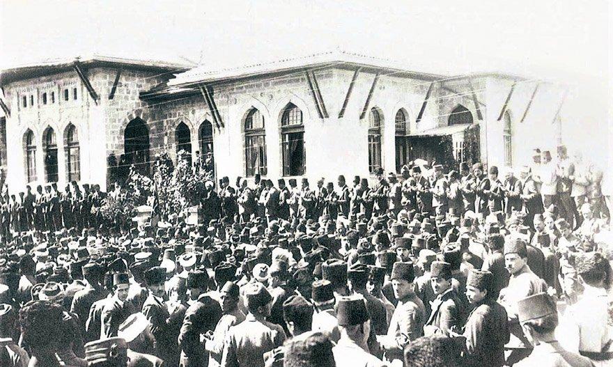 23 Nisan 1920'de Ankara'da açılan TBMM meşrutiyetten cumhuriyete geçişte çok önemli bir rol oynadı.