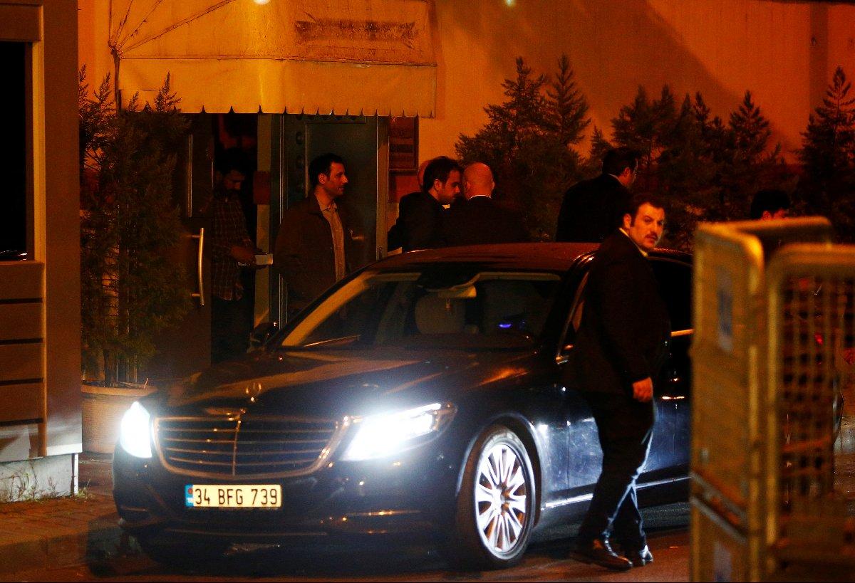 Reuters'ın son dakika gelişmesi olarak servis ettiği fotoğrafta Türk ve Suudi heyetlerin başkonsolosluktan ayrıldığı görülüyor.