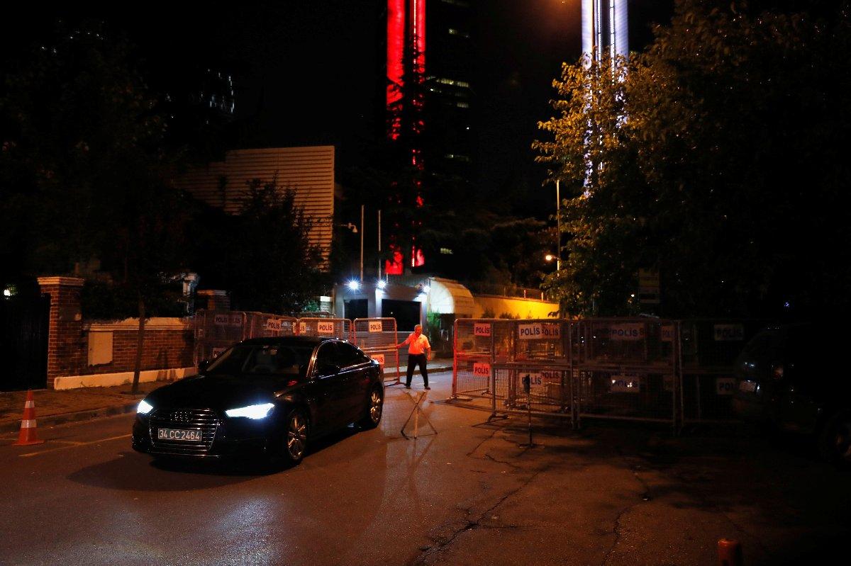 Reuters'ın çektiği fotoğraflarda İstanbul'daki Suudi Arabistan başkonsolosluğundan çıkan bir araba görüntülendi.