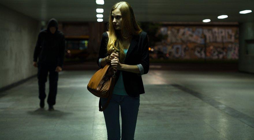 - Karanlık sokaklarda tek başınıza dolaşmayın, kendinizi korumasız ve çaresiz hissedeceğiniz ortamlardan uzak durun.