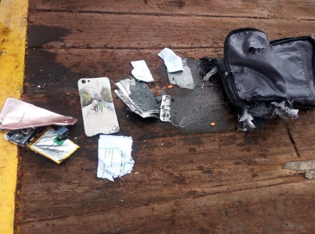 Twitter'da üst düzey yetkililerin paylaştığı fotoğraflarda bazı yolculara ait cep telefonu ve cüzdan gibi eşyalar gösterildi. Çarpışmanın etkisiyle telefonun adeta bir kağıt parçası gibi bükülmesi dikkat çekti.