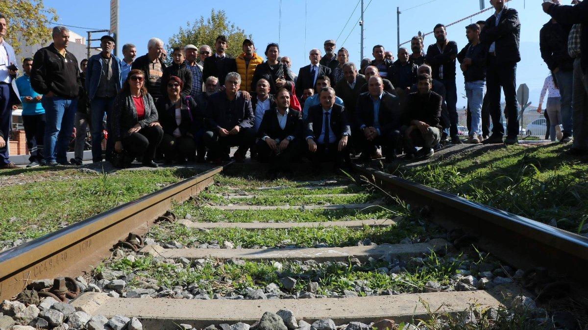 Bölge sakinleri tren hattı üzerinde protesto gerçekleştirdi. İHA